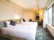 【コーナーツイン】通常のツインルームよりも広く、窓から信州の景色を楽しめる、開放的な空間です。