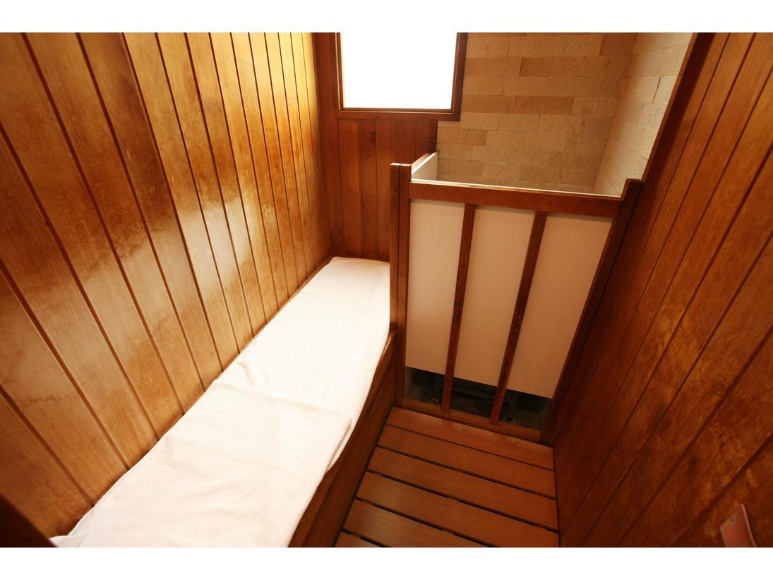 ご自由にお使いいただける貸切風呂です。つくりつけのバスタブ、シャワー、サウナ(小)