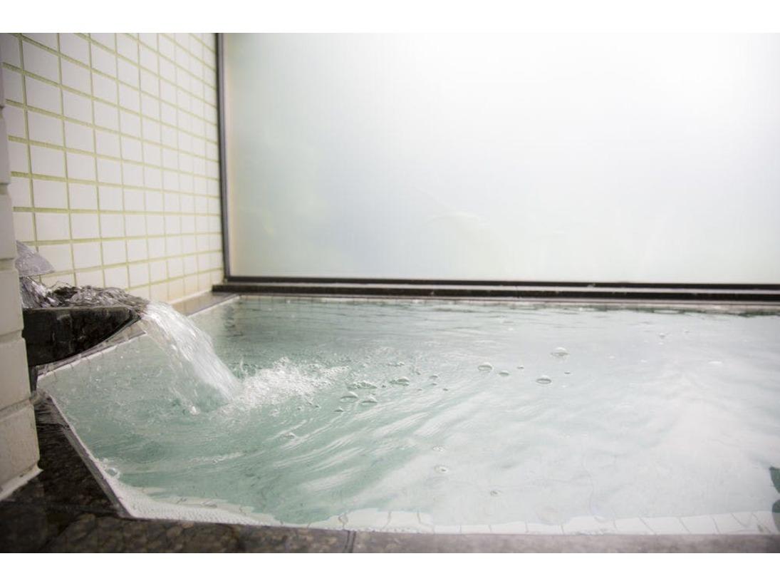 チェックイン~アウトまで、ご自由にお使いいただける貸切風呂です。つくりつけのバスタブ、シャワー、サウナ(小)