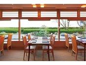 6F 京料理 入舟/テーブル席とお座敷、茶室、お寿司コーナーもあり、情緒あふれる日本庭園を眺めながらの本格的な京料理をご堪能いただけます。懐石料理やお寿司、一品料理まで 幅広いメニューをご用意。どこまでもこだわりを追求した京の味をご賞味ください。