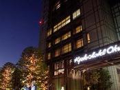 ホテル外観(冬)/冬には街路樹がライトアップされます。