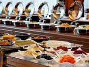 豊富なご飯のお供から、焼き魚、豆腐、卵料理、パスタ、ホテルメイドパンなど多彩な和洋食のメニューは全40品以上。パフォーマンスコナーではシェフが出来立てのお料理を提供いたします。