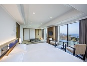 3階に位置する54平米の和洋室は、ツインベッドとソファセットが配された洋室と和室からなる広々とした空間で、2名様から5名様までご利用いただけます。