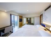 9階・10階に位置する59平米のコーナー和洋室(定員5名)は、ツインベッドが配された洋室と和室からなる広々とした空間で、2名様から5名様までご利用いただけます。
