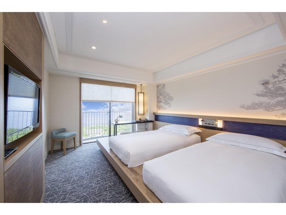 5階・6階に位置する27平米のヒルトン・スーペリア・ツインルーム。東海道五十三次の9番目の宿場として知られる小田原宿にちなみ、寄木細工や提灯、クロマツなど小田原の歴史、自然、文化の要素を取り入れた和モダンなデザインの客室です。