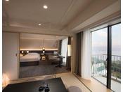 7階(喫煙)・8階~11階に位置する54平米の和洋室デラックスは、ツインベッドとソファセットが配された洋室と和室からなる広々とした空間で、2名様から6名様までご利用いただけます。