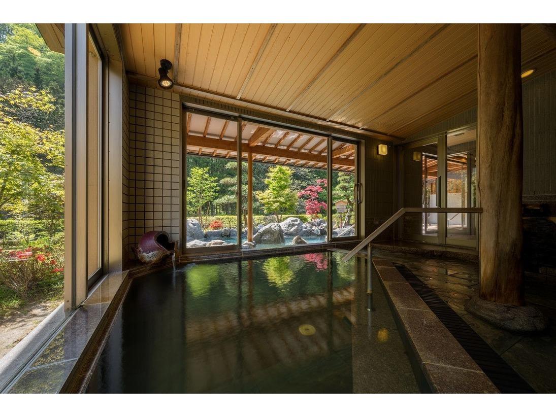 大浴場「喜久の湯」内湯 目の前には、豊沢川が流れています。
