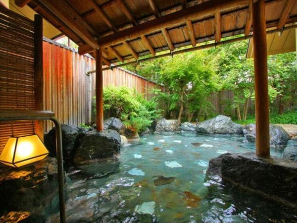 開放的な露天風呂で温泉浴を満喫。