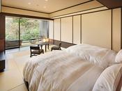 渓谷側では木々の葉のきらめきと渓谷のせせらぎを感じる露天風呂付客室