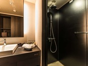 客室のシャワーブースとパウダールーム