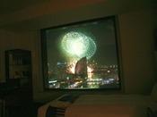 客室から見える花火(一例)