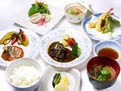 ご夕食(一例)/和洋中を織り交ぜ、旬の食材を使ったご夕食。ボリューム満点の手作り家庭料理。