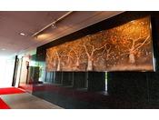 ホテルの入り口にある青森の自然を描いた壁掛け