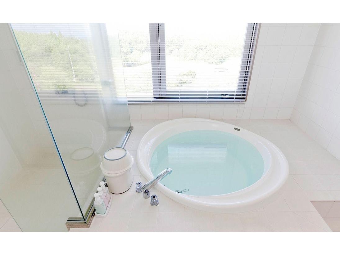 白を基調とした清潔感のあるスイートバスルーム
