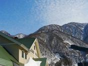 宇奈月温泉駅と冬の黒部j峡谷