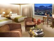 客室フロアーは地上120メートルに位置し、忙しい日常と都会の喧騒を忘れさせてくれる、贅沢なひととき。客室最上階からの素晴らしい眺望と共に、ワンランク上のやすらぎと感動がそこにあります。広さ:121平米最大利用人数:2名