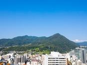 【スカイバンケット白馬からの眺望】長野市の里山、富士山型の旭山が望めます。(西側)