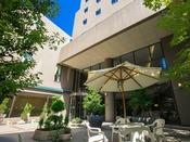 【エントランス】ホテルJALシティ長野へようこそ。おもてなしの心で皆様の滞在をサポートいたします。