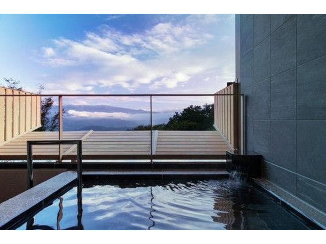 天城山側のプレミアルームの露天風呂からは、天城連山の絶景をお楽しみいただけます。やわらかな泉質を誇る修善寺の湯を愛でながら、くつろぎのひとときをお過ごしください。