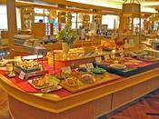 朝食もバラエティ豊富に和洋のメニューをご用意しております。パンはレストラン内の特製オーブンで焼き上げた、焼き立てをご用意しております。対面コーナーでは、定番の目玉焼きなどをご提供いたします。