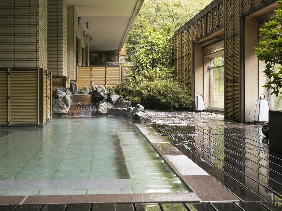 露天風呂四季折々の景色を眺めながらお入りいただけます。【天狗の湯