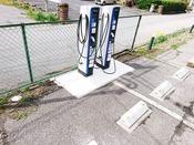 ホテル前の駐車場には電気自動車専用の充電スタンドを2基設置しております。
