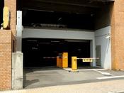 駐車場入口はこちら。駐車券が発券されますのでフロントへお持ちくださいませ。