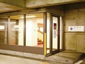 駐車場2階と4階に館内との連絡口がありますので、こちらから1階のフロントへお越しいただけます。
