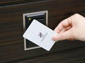 カードキーによるセキュリティ。お泊まりのお客様以外は宿泊フロアに行くことはできません。