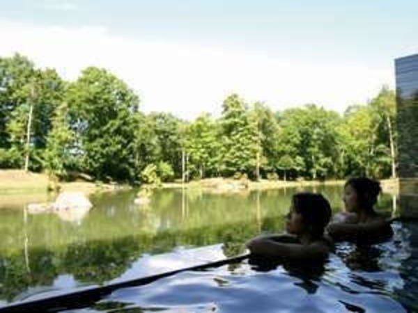 四季折々の自然を眺めながら温泉浴。