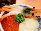 函館朝市栄食堂「よさこい」でいただける三色海鮮丼