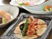 夕食は、厳選された食材に旬の彩を添えた創作会席料理。※お食事写真は一例です。