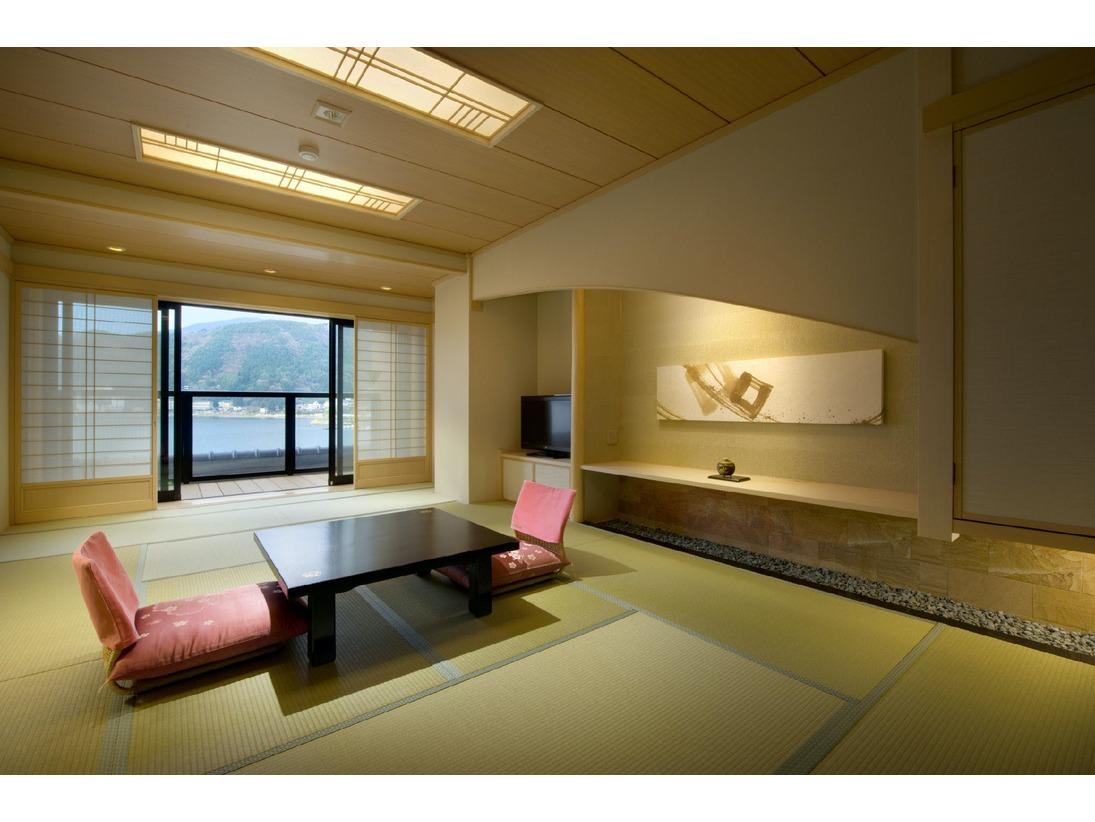 基本客室の12畳和室です。客室からは河口湖がご覧いただけます。