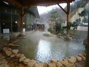 【うるおい館】茶褐色&無色透明の2種の源泉をもつ、源泉100%かけ流し温泉です。