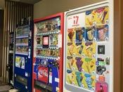 <飲料水とアイスの自動販売機>館内2階にございます。