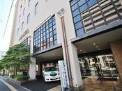 <ホテル玄関前>朝はホテルから広島駅新幹線口まで無料の送迎バス有り。