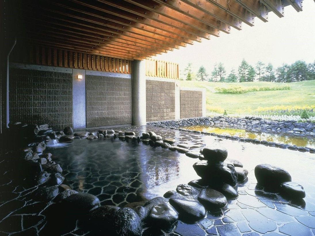 中庭を望む開放的な露天風呂で癒しの時間