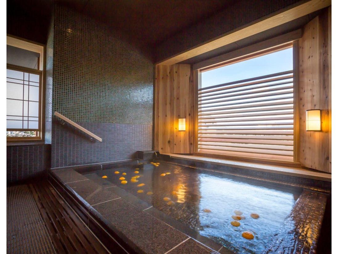 貸切風呂「蕩 八坂(to-yasaka)」季節を感じる暦湯をお愉しみ下さい(写真は冬の柚子風呂)