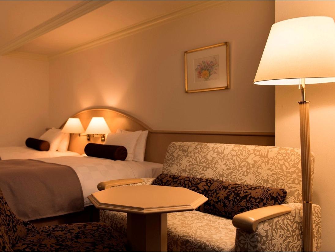 <スタンダード/洋室例(33平米)>ルスツリゾート【ホテル&コンベンション】の中で最も多くの部屋数を持つスタンダードタイプ。遊園地・スキー場・レストラン等、各種施設へのアクセスも便利なノースウイングに所在しています。