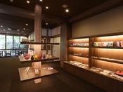売店では地域の工芸品等を揃えております。