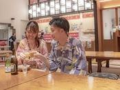 """どこか懐かしく昭和の雰囲気を残しつつ""""アカオのお祭り""""をコンセプトとした子供から大人まで楽しめる人気のエリアです。夕食後の夜食としてラーメンやお寿司などのほか、射的などもお楽しみいただけます。"""