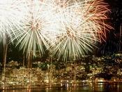 熱海では年間を通して花火大会を開催。打ち上げ会場が目の前のホテルニューアカオからは館内に居ながらにして花火がお楽しみいただけます。夜景を背景に花火が楽しめるのは熱海ではニューアカオだけの特権!花火大会開催予定日には館内に観覧席を設けます。