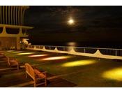 海に面したホテルならではの絶景がご覧いただけます。月が相模灘を幻想的に映し出す光景はアカオならではの景色です。潮風を感じながらゆったりとテラスでお寛ぎいただけます。