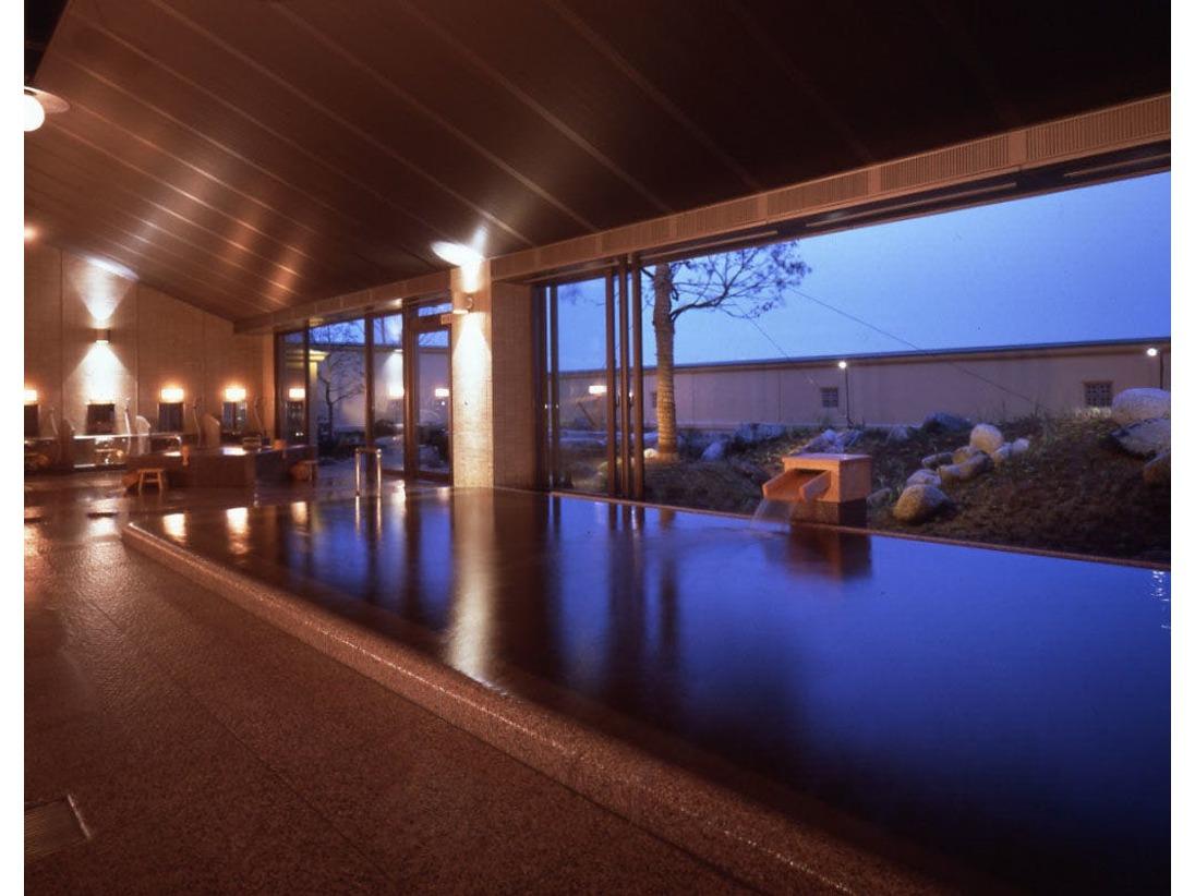 一枚岩をくり抜いた大岩露天風呂は、日本最大級。四季彩る庭園を眺めながら、湯量豊富な天然温泉で心たゆたうひとときを。