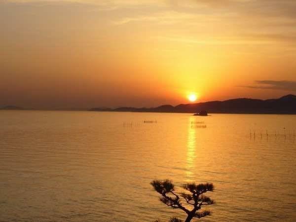 銀波荘よりご覧いただける夕陽です。