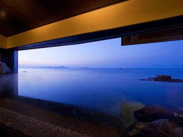 「天海の湯」正面に小豆島が望めます。