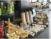 【和洋ビュッフェ朝食】和洋のメニュー豊富なビュッフェ朝食。こだわりのドレッシングやジャムもご用意。