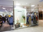 【べにや】輸入ブランドから国内ブランドの婦人服および紳士服を幅広くお取扱い致しております。