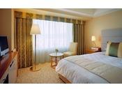 シングルルーム「Aタイプ」/セミダブルサイズのベッドがうれしい、快適なご宿泊に必要な基本機能を持ち合わせたシングルルーム。明るめの黄色・柑子(こうじ)色、鞠塵(きくじん)色をベースにした、柔らかで明るい雰囲気に包まれます。