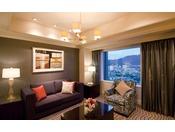 スイートルーム(一例)/和と洋の融合・伝統と現代的機能性の調和。お部屋は石畳紋をイメージした床石、ヴェネチアンガラスや和紙を透かした柔らかな灯りなど、落ち着いた寛ぎの空間が広がります。